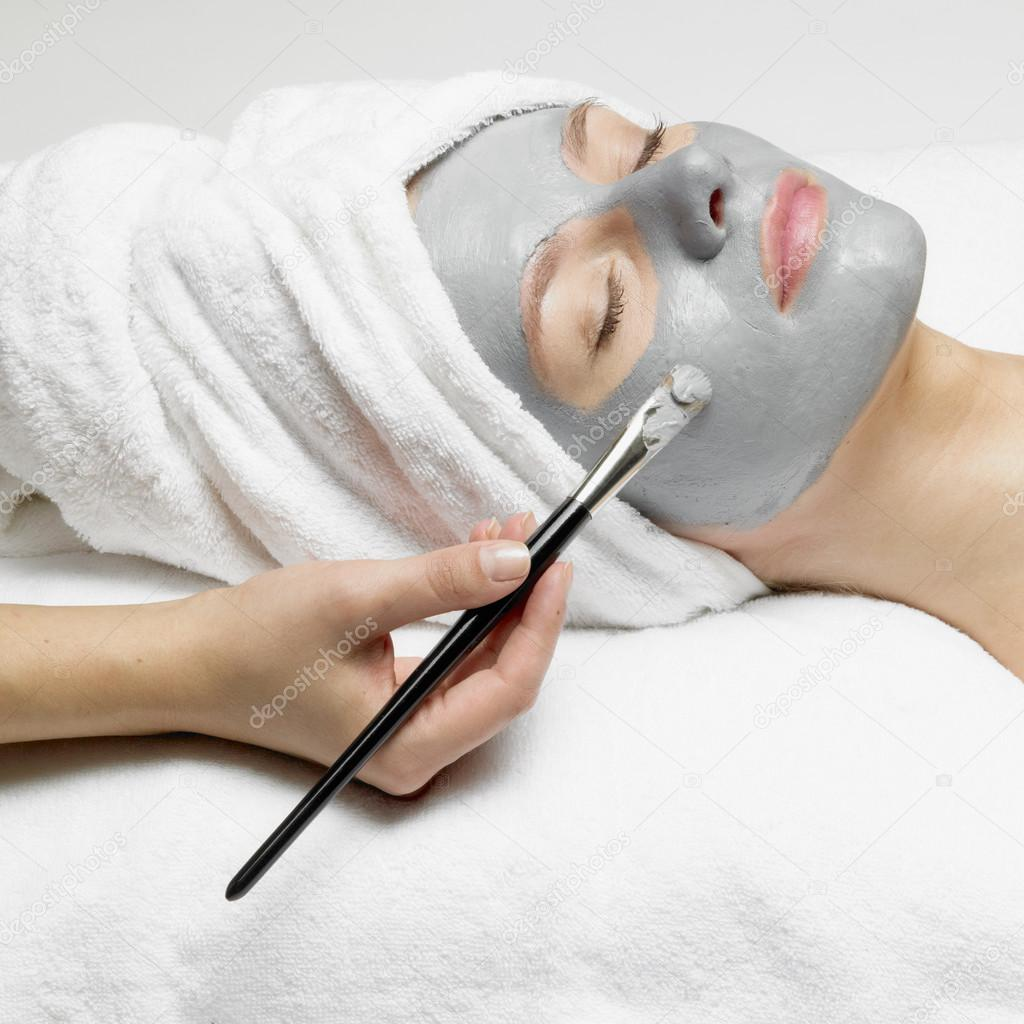 woman getting a custom deep cleanse facial mask applied at a salon